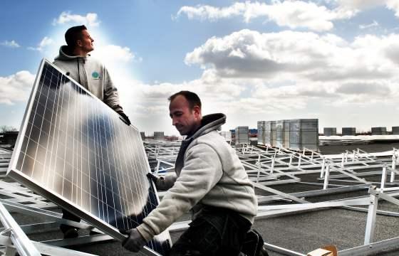 Montering af solceller på taget af Topdanmark. Foto: Tommy Verting